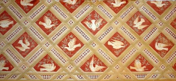 Detalhe dos azulejos da Capela Palatina. Fundada por Dom Dinis no inicio do século XIV, a Capela Palatina tem a evocação do Espírito Santo, cujo culto foi introduzido em Portugal pela Rainha Santa Isabel. Este espaço religioso cristão é muito marcado pelo mudejarismo, caracterizado pela permanência de elementos típicos da arquitectura e artes decorativas muçulmanas em pleno período cristão.